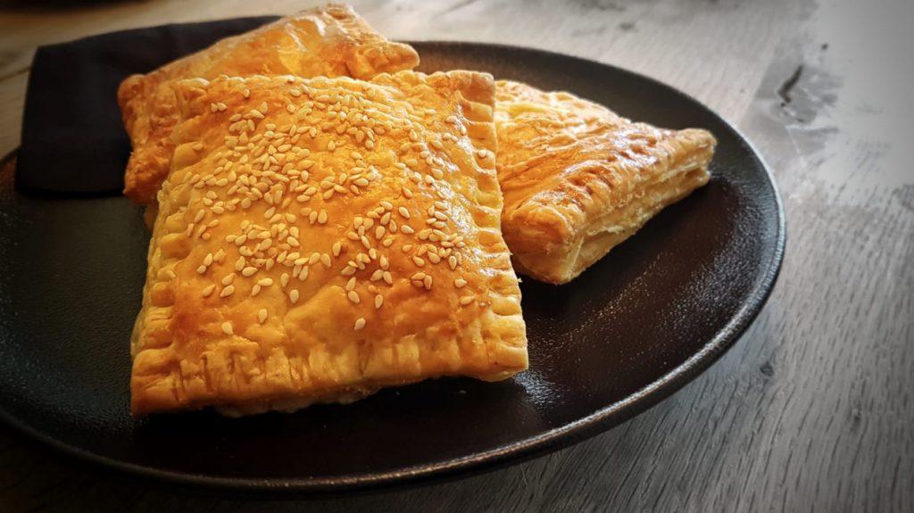 Kaasragout bladerdeeg broodjes met mosterd en nootmuskaat