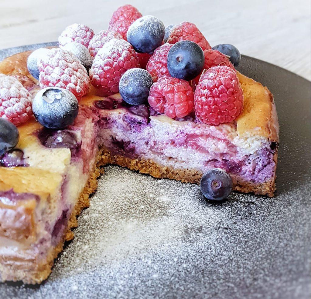 baked cheesecake met blauwe bessen en frambozen